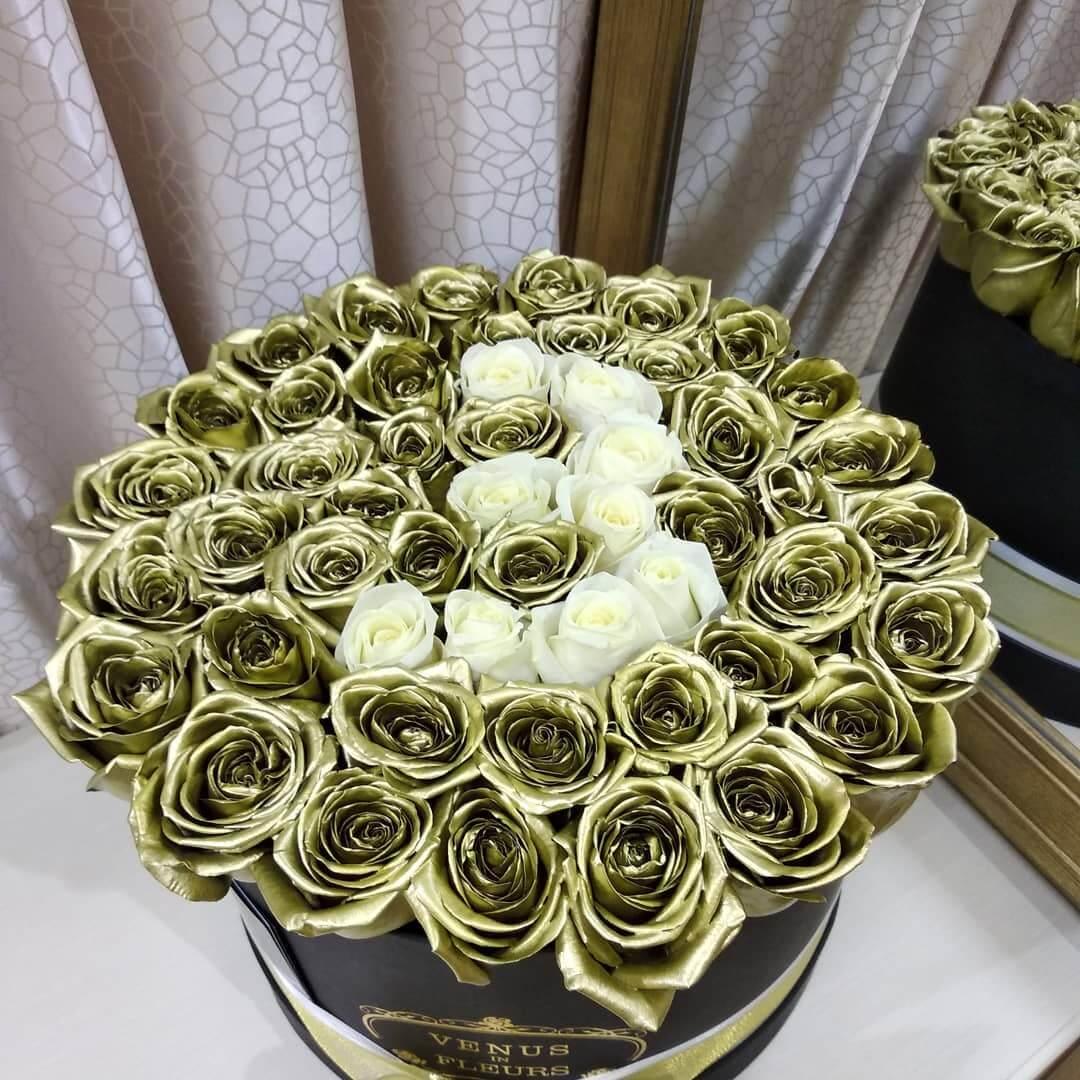Золотые розы в коробке с датой Бизнес-букеты Белые Venus in Fleurs