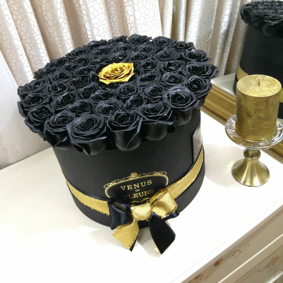 Черные розы в коробке Black Point Бизнес-букеты Золотые