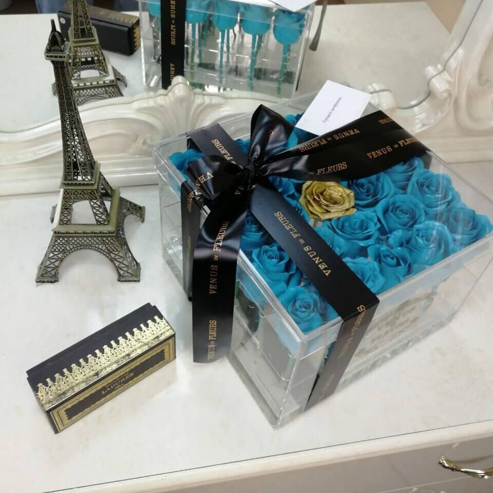 Голубые розы в стеклянной коробке Бизнес-букеты Золотые Venus in Fleurs