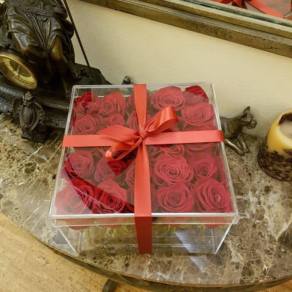 Красные розы в стеклянной коробке Цветы в стеклянной коробке Красные