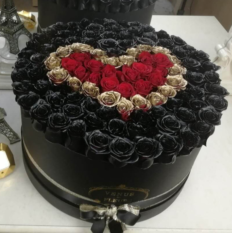 Черные розы в коробке с красным сердцем VIP букеты Красные Venus in Fleurs