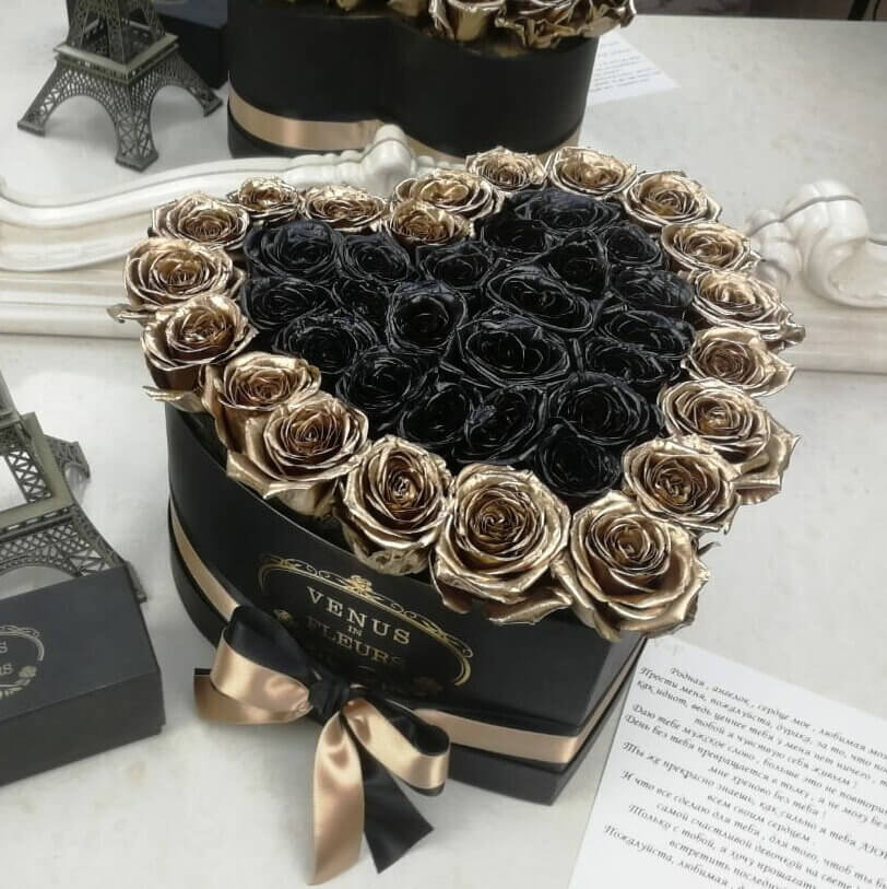 Черные розы в коробке - сердце с золотой окантовкой Розы в коробке Золотые