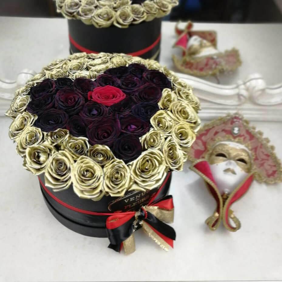 Черные розы в коробке с сердцем - золотой фон Розы в коробке Красные Venus in Fleurs