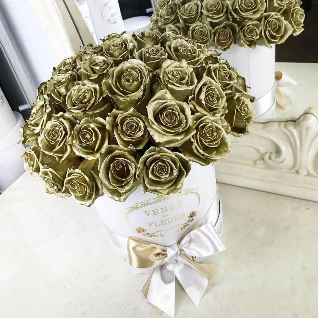 Золотые розы в в белой коробке - шар Бизнес-букеты Золотые Venus in Fleurs