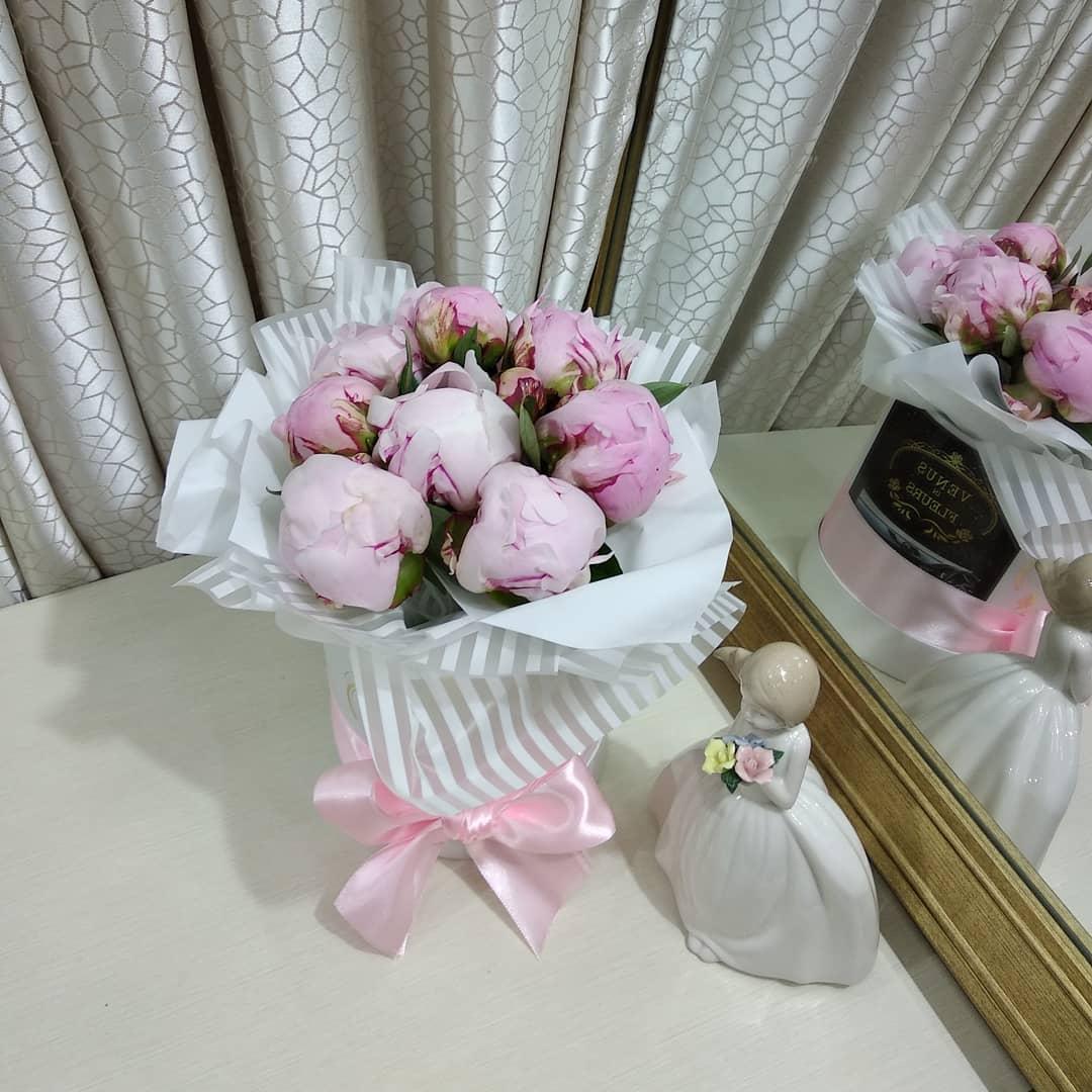 9 пионов 9 роз в коробке Розовые Venus in Fleurs