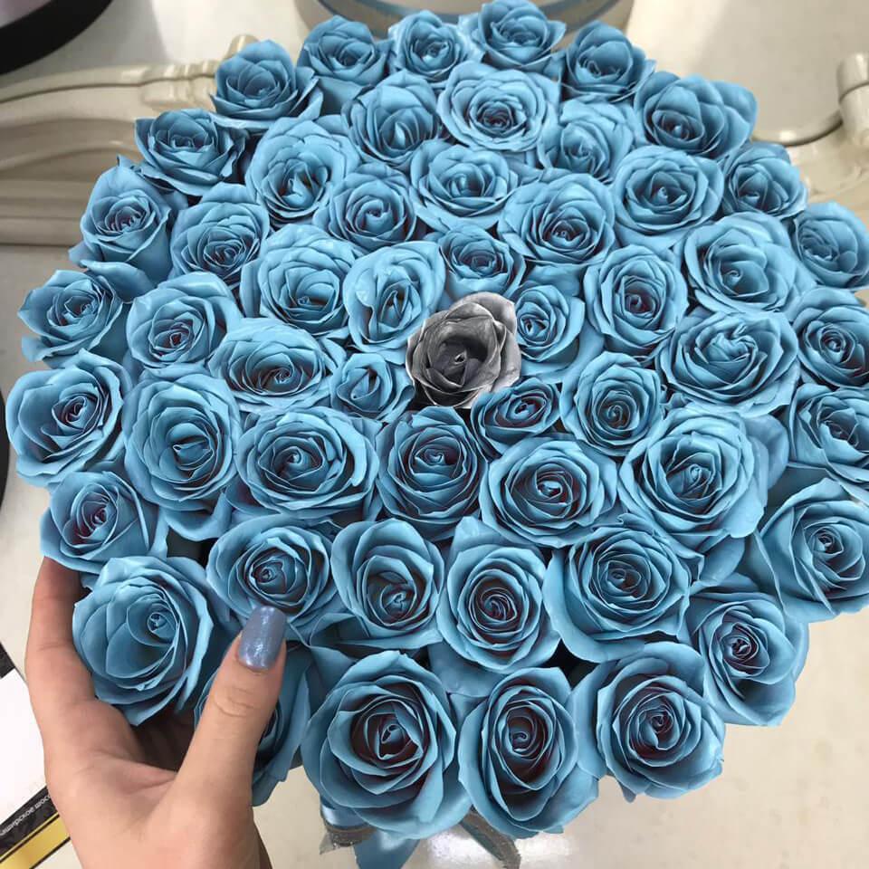 Голубые розы в коробке с серебряной Бизнес-букеты Голубые Venus in Fleurs