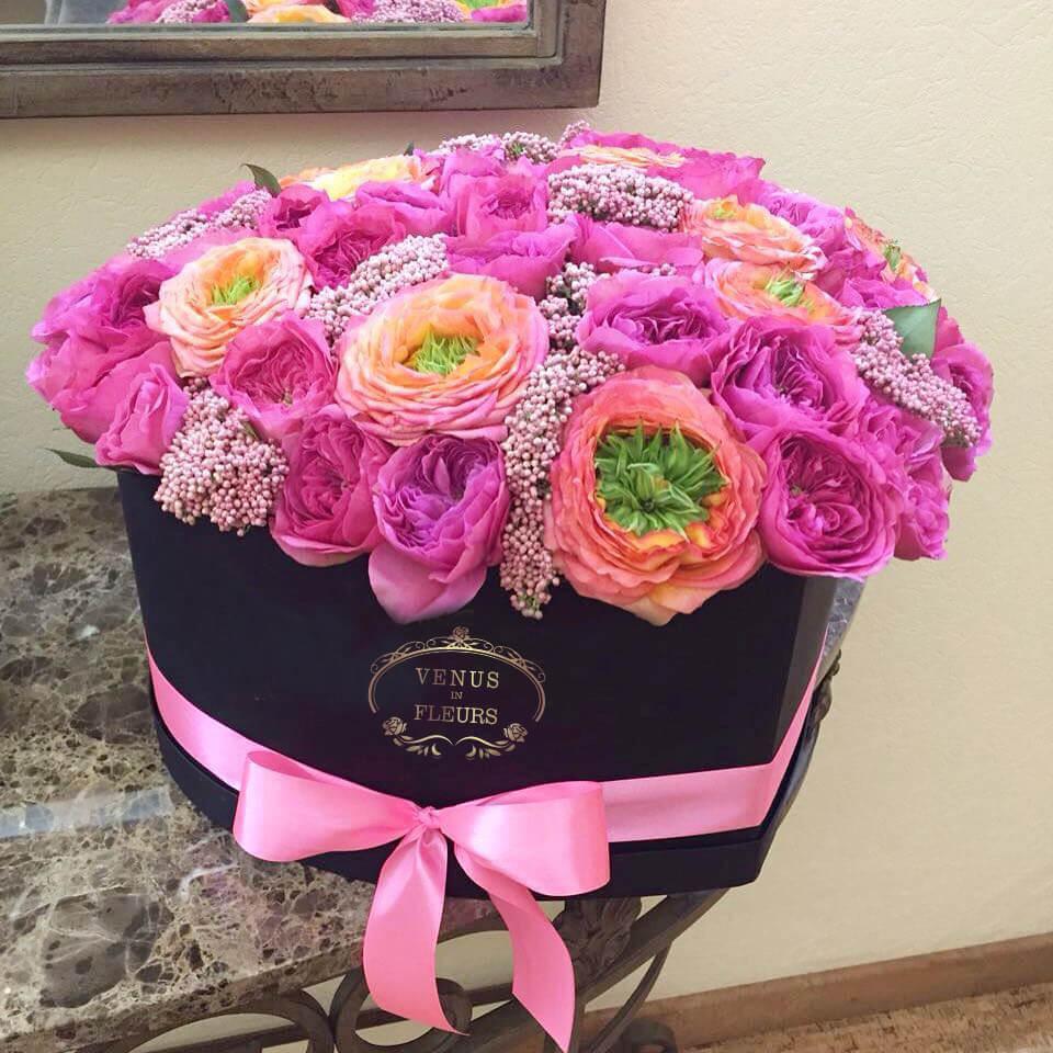 Пионовидные розы в коробке - сердце Бизнес-букеты Розовые Venus in Fleurs