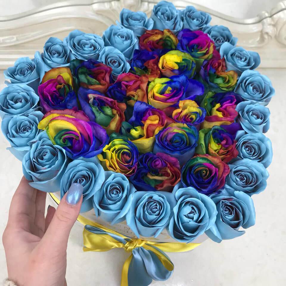 Голубые розы в коробке с радужными Розы в коробке Голубые Venus in Fleurs