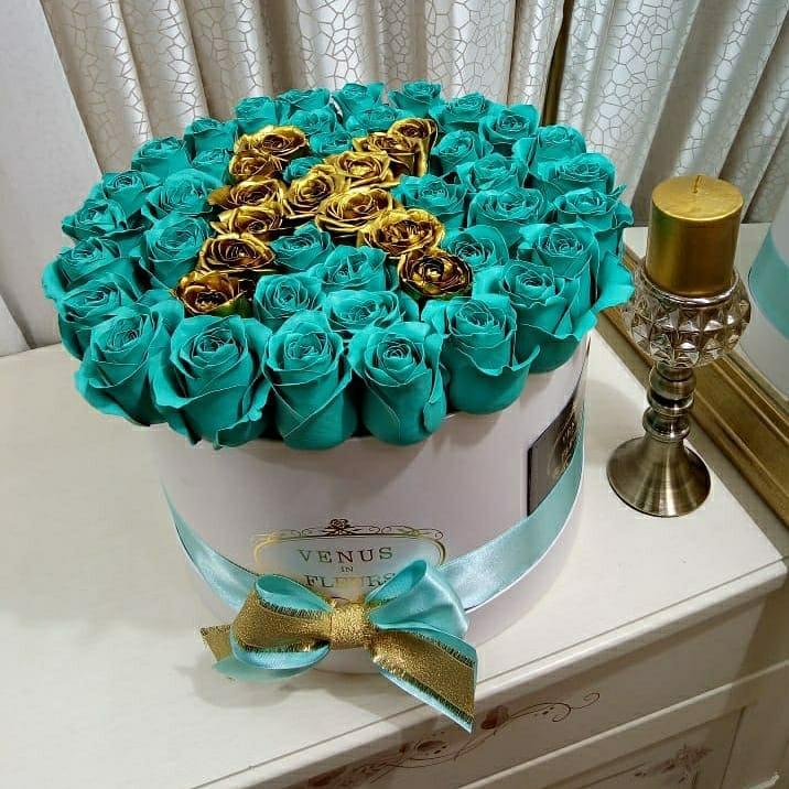 Бирюзовые розы с буквой Розы с именем Золотые Venus in Fleurs