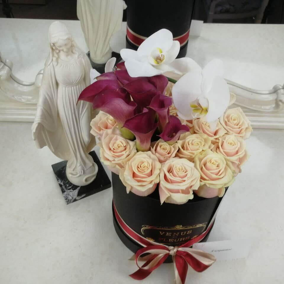 Каллы и орхидеи в коробке Бизнес-букеты Розовые Venus in Fleurs