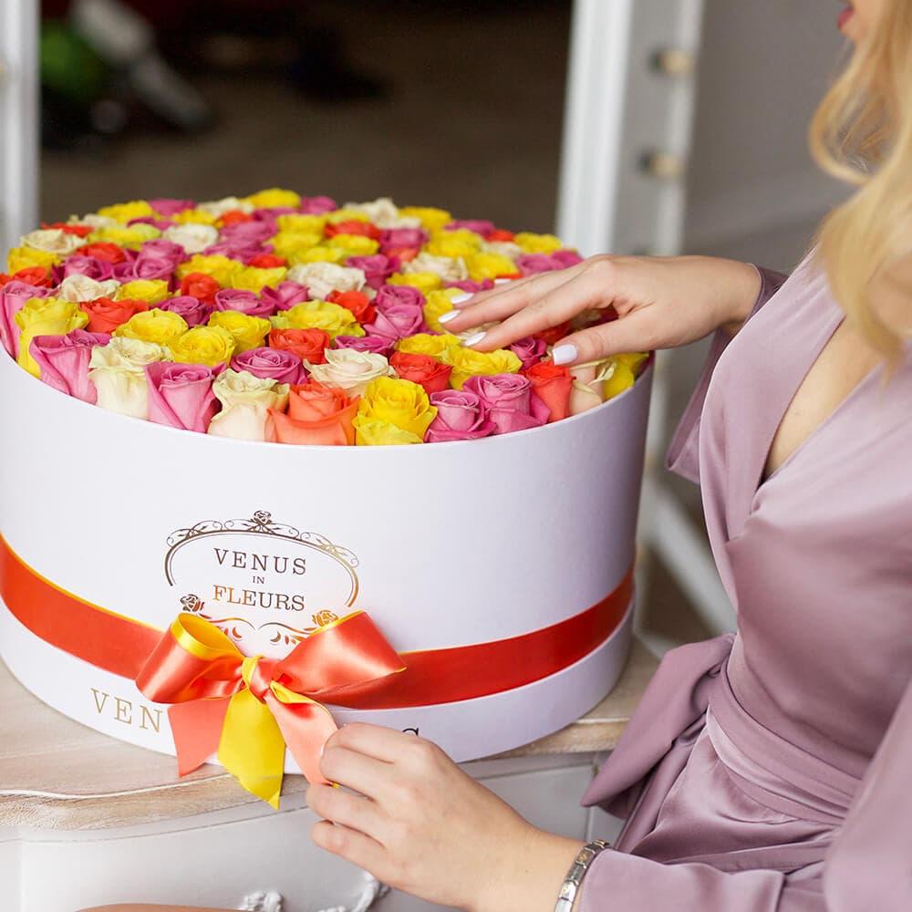 Летний букет Розы в коробке Розовые Venus in Fleurs