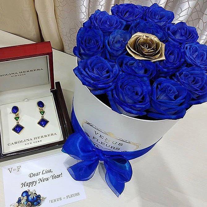 Синие розы в коробке с золотой Бизнес-букеты Синие Venus in Fleurs