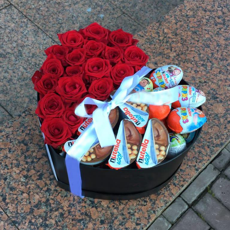 Подарочный набор роз с Nuttela и киндеров Розы в коробке Красные Venus in Fleurs