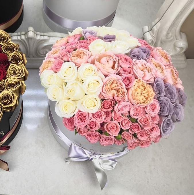 Эксклюзивный букет Миксы цветов в коробке Розовые Venus in Fleurs