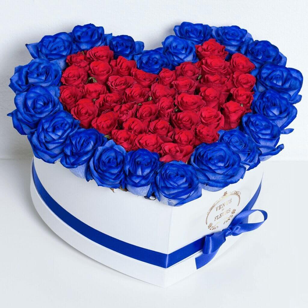 Синие розы в коробке с красными Розы в коробке Красные Venus in Fleurs