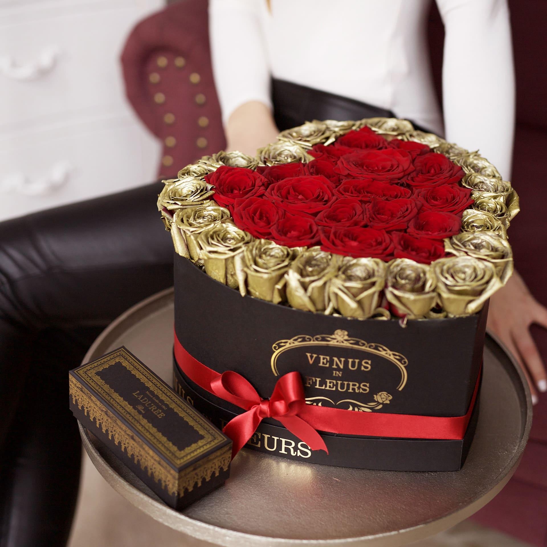 Цветы на золотую свадьбу Розы в коробке Красные Venus in Fleurs