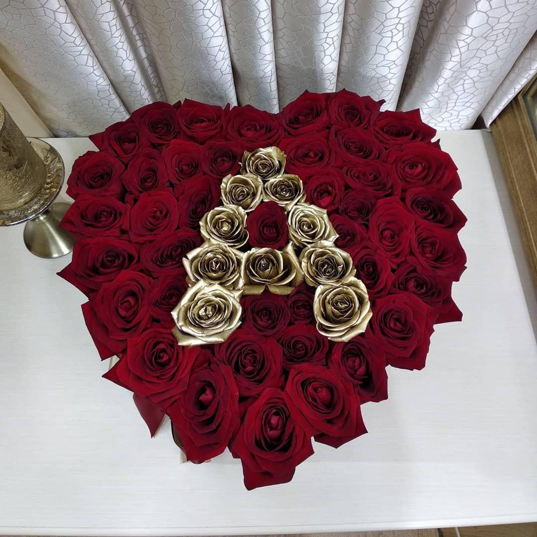 Красные розы с золотой буквой - сердце Розы в коробке Красные Venus in Fleurs